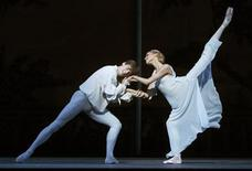 <p>Dancers perform as Romeo and Juliet during a rehearsal at the Royal Opera House in London, August 3, 2009. REUTERS/Luke MacGregor</p>