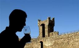 <p>A tourist smells a glass of Brunello di Montalcino wine before taking a sip in the Tuscan town of Montalcino in central Italy, September 22, 2004. REUTERS/Max Rossi</p>