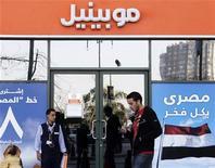 <p>Agence Mobinil dans le centre du Caire. France Télécom va pouvoir prendre en main la stratégie de l'opérateur télécoms égyptien ECMS grâce à la consolidation de Mobinil, estiment des analystes européens au lendemain de l'annonce d'un projet d'accord avec Orascom Telecom. /Photo prise le 14 janvier 2010/REUTERS/Tarek Mostafa</p>