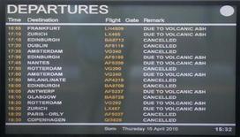 <p>Una pantalla de un aeropuerto en Londres informa a los pasajeros que todos los vuelos han sido cancelados debido a una enorme nube de ceniza procedente de un volcán en erupción en Islandia, convirtiendo los cielos del norte de Europa en una zona no apta para volar. Abr 15 2010. Una enorme nube de ceniza procedente de un volcán en Islandia convirtió el jueves los cielos del norte de Europa en una zona no apta para volar, dejando a cientos de miles de pasajeros en tierra. REUTERS/Andrew Winning</p>