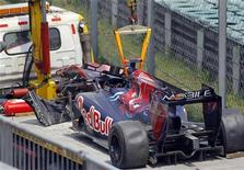 <p>O carro do piloto da Toro Rosso Sebastien Buemi é retirado da pista depois de sofrer acidente. As duas rodas dianteiras do carro de Sebastian Buemi se soltaram e o piloto sofreu um acidente incrível no treino livre para o Grande Prêmio da China, neste sexta-feira. Apesar do susto, o suíço não se machucou. 16/04/2010 REUTERS/David Gray</p>