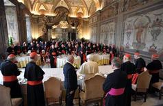 <p>19 aprile 2010. Papa Benedetto XVI oggi a pranzo con i cardinali per festeggiare il suo quinto anno di pontificato. REUTERS/Osservatore Romano</p>