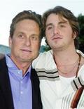<p>Кэмерон Дуглас (справа) с отцом, голливудским актером Майклом Дугласом, в Лос-Анджелесе, 7 апреля 2003 года. Сын знаменитого актера Майкл Дугласа проведет в тюрьме ближайшие пять лет, поскольку был признан виновным в хранении героина и продаже больших партий метамфетаминов и кокаина в своем номере в нью-йоркском отеле Gansevoort. REUTERS/Fred Prouser/Files</p>