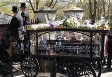 <p>Un carruaje a caballos lleva el ataúd de Malcolm McLaren, al cementerio Highgate. Abr 22 2010. Cientos de personas se reunieron en las calles de Londres para despedir a Malcolm McLaren, pionero del punk y ex representante de la banda británica Sex Pistols, quien murió de una rara forma de cáncer a los 64 años. REUTERS/Suzanne Plunkett</p>