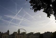 <p>Scie aeree sui cieli di Londra REUTERS/Kevin Coombs</p>