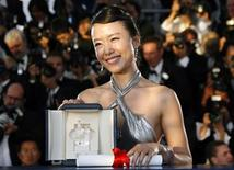 <p>Imagen de archivo de la actriz surcoreana Jeon Do-yeon, sosteniendo su premio a Mejor Actriz en la versión 60 del Festival Internacional de Cine de Cannes. Mayo 27 2007. La estrella surcoreana Jeon Do-yeon ya no pasará desapercibida cuando vuelva al Festival Internacional de Cine de Cannes este mayo por primera vez desde que ganó el premio a la mejor actriz allí en el 2007. REUTERS/Jean-Paul Pelissier/ARCHIVO</p>