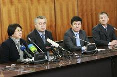 <p>Представители временного правительства Киргизии на пресс-конференции в Бишкеке 8 апреля 2010 года. Временное правительство Киргизии вынесло в понедельник на всенародное обсуждение проект Конституции, провозглашающей парламентскую форму правления и ограничивающей власть президента. REUTERS/Vladimir Pirogov</p>