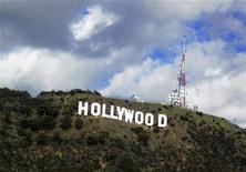"""<p>Эмблема Голлувуда, 13 декабря 2009 года. Основатель журнала Playboy Хью Хефнер помог спасти знаменитую на весь мир эмблему на въезде в Голливуд, внеся последние $900.000 в качестве """"откупных"""" инвесторам. REUTERS/Fred Prouser/Files</p>"""
