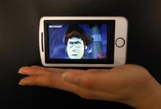 <p>Ecran LCD en 3D de Sharp. Sharp s'attend à ce que son bénéfice d'exploitation annuel soit multiplié par plus de deux en 2010-2011 pour atteindre son plus haut niveau depuis trois ans après avoir renoué avec les profits sur son quatrième trimestre fiscal. /Photo prise le 2 avril 2010/REUTERS/Kim Kyung-Hoon</p>