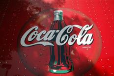 <p>Реклама Coca-Cola на грузовике в Аризоне 20 октября 2009 года. Пищевые бактерии могут притормозить сделку по покупке американской Coca-Cola российского производителя соков Нидан, поскольку являются стратегически важными для безопасности страны. REUTERS/Joshua Lott</p>