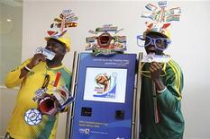 <p>Радостные футбольные болельщики с билетами в руках позируют перед фотокамерами, 29 апреля 2009 года. На матчах грядущего чемпионата мира в ЮАР не будет свободных мест, несмотря на недавние проблемы с распространением билетов, обещает ФИФА. REUTERS/Stringer</p>