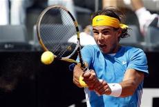 <p>O espanhol Rafael Nadal rebate jogada do alemão Philipp Kohlschreiber durante jogo do Masters de Roma. Nadal passou Kohlschreiber com facilidade por 6-1 e 6-3 em sua estreia no torneio nesta quarta-feira, mandando um sinal claro a Roger Federer de que está disposto a recuperar seu título do Aberto da França. 28/04/2010 REUTERS/Giampiero Sposito</p>