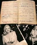 <p>Imagen de archivo de un libro personal de apuntes y direcciones de Marilyn Monroe, es visto desde el restaurant Planet Hollywood de Times Square, Nueva York. Oct 10 2005. El icono de las rubias. La diosa del sexo. La reina del glamour. Marilyn Monroe fue muchas cosas para muchas personas, pero una que no se conocía es que fuera escritora. REUTERS/Brendan McDermid/ARCHIVO</p>
