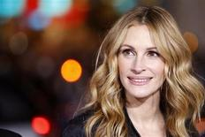 """<p>Cast member Julia Roberts attends the premiere of """"Valentine's Day"""" at the Grauman's Chinese theatre in Hollywood, California February 8, 2010. REUTERS/Mario Anzuoni</p>"""
