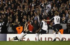 <p>Zoltan Gera comemora com jogadores do Fulham gol que classificou o time à final da Liga Europa. REUTERS/Eddie Keogh</p>