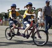 <p>Bambine in bicicletta in foto d'archivio. REUTERS/Jason Reed</p>