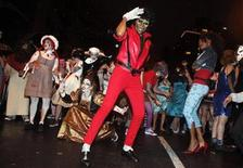 <p>A dance group performs Michael Jackson's Thriller video in the Halloween parade in Greenwich Village in New York October 31, 2009. REUTERS/Natalie Behring</p>