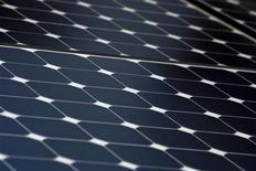 <p>Pannelli solari in una foto d'archivio. REUTERS/Kim White (UNITED STATES - Tags: SCI TECH BUSINESS ENVIRONMENT ENERGY)</p>