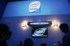 <p>Intel, numéro un mondial de semi-conducteurs, a dévoilé une nouvelle version d'Atom, un processeur destiné aux smartphones, présenté comme plus économe en énergie, plus petit et moins cher à fabriquer. /Photo d'archives/REUTERS/Rick Wilking</p>