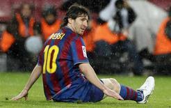 <p>Messi lamenta oportunidade de gol perdida conta o Tenerife. Há poucos prêmios individuais que Lionel Messi não possui, e ele está cada vez mais perto de acrescentar mais um a sua estante de troféus: a Chuteira de Ouro de maior artilheiro da Europa.04/05/2010.REUTERS/Albert Gea</p>