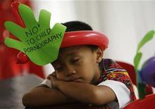 <p>Riposo di un ragazzino durante una manifestazione contro la pedopornografia a Manila, foto d'archivio. REUTERS/Romeo Ranoco</p>