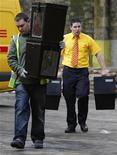 <p>Работники Эдинбургского городского совета несут урны для голосования, Шотландия 5 мая 2010 года. Парламентские выборы в Великобритании, назначенные на 6 мая, могут не принести явной победы ни одной из трех крупнейших партий, поскольку сейчас их отрыв от друг от друга в социологических опросах невелики. REUTERS/David Moir</p>