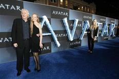<p>James Cameron et son épouse Suzy Amis, lors de l'avant-première d'Avatar, un film en 3D. Les salles de cinéma européennes ont vu leurs recettes augmenter de 12% en 2009, une hausse due pour moitié à l'augmentation de la fréquentation et pour moitié au succès des films en trois dimensions qui justifient un prix du billet plus élevé. /Photo d'archives/REUTERS/Mario Anzuoni</p>