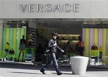 <p>Foto de archivo de la tienda de la casa de modas Versace en Pekín, mar 17 2010. Versace obtuvo una compensación histórica de 20 millones de dólares en un caso de falsificación contra tiendas minoristas en Estados Unidos, dijo el jueves la compañía italiana. REUTERS/Jason Lee</p>
