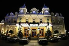 <p>A view of the Monte Carlo casino with Christmas decorations in Monaco, December 13, 2009. REUTERS/Eric Gaillard</p>