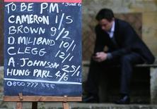 <p>Мужчина сидит на предвыборном участке, 6 мая 2010 года. Консерваторы, вероятно, станут самой многочисленной фракцией в новом британском парламенте по результатам вчерашних выборов, но не получат явного большинства, и вопрос о том, кто будет контролировать правительство, остается открытым. REUTERS/Toby Melville</p>