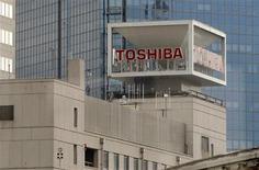 <p>Toshiba a annoncé vendredi que ses bénéfices devraient plus que doubler cette année, portés par une demande en hausse de la demande de puces électroniques et par la réduction de ses coûts. Le groupe japonais prévoit un bénéfice d'exploitation de 250 milliards de yens (2,13 milliards d'euros) pour l'exercice en cours, qui sera clos en le 31 mars 2011. /Photo d'archives/REUTERS/Toru Hanai</p>
