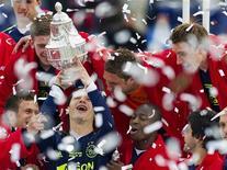 """<p>Игроки """"Аякса"""" празднуют победу на Кубке Нидерландов, 6 мая 2010 года. Амстердамский """"Аякс"""" в 18-й раз стал обладателем Кубка Нидерландов, разгромив """"Фейенорд"""" во втором финальном матче. REUTERS/Robin van Lonkhuijsen</p>"""