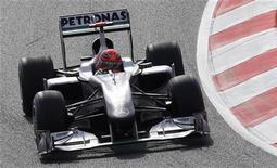 <p>Piloto da Mercedes Michael Schumacher realiza curva durante o primeiro treino livre antes do Grande Prêmio da Espanha, em Barcelona. Schumacher voltou a acelerar na sexta-feira, novamente dominado pelos campeões mundiais Lewis Hamilton e Jenson Button, da McLaren. 07/05/20100. REUTERS/Sergio Perez</p>