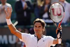 <p>Suíço Roger Federer comemora vitória que garantiu vaga nas semifinais do Aberto do Estoril. REUTERS/Hugo Correia</p>
