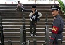 <p>Охранник у входа в школу в Нанкине, Китай 30 апреля 2010 года. Неизвестный зарезал семерых детей и воспитателя и ранил еще 11 малышей и одного взрослого в детском саду в Китае. REUTERS/Stringer</p>