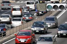 <p>Vehicles are driven on a road in Tokyo August 3, 2009. REUTERS/Stringer</p>