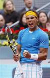 <p>Espanhol Rafael Nadal comemora ponto em jogo do Masters de Madri, no qual derrotou o ucraniano Oleksandr Dolgopolov. REUTERS/Susana Vera</p>