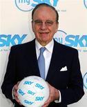 <p>Rupert Murdoch, presidente e amministratore delegato di News Corp, con un pallone di calcio in foto d'archivio. REUTERS/Ferdinando Mezzelani-GMT/Handout</p>