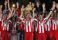 <p>Jogadores do Bayern de Munique comemoram a conquista da Copa da Alemanha. 15/05/2010 REUTERS/Kai Pfaffenbach</p>