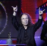 <p>Foto de archivo: Ronnie James Dio acepta el premio a Mejor Vocalista en los premios anuales Golden Gods en Los Angeles, abr 8 2010. REUTERS/Mario Anzuoni (UNITED STATES)</p>