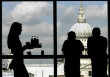 <p>Visitors admire St.Paul's Cathedral from the restaurant floor of the Tate Modern gallery in London March 15, 2007. REUTERS/Alessia Pierdomenico</p>