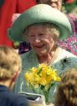 """<p>Selon l'un de ses anciens collaborateurs, la """"Queen Mum"""", ici en 1995 le jour de son 95e anniversaire, pouvait se montrer à l'occasion très près de ses sous. La mère de l'actuelle reine d'Angleterre est décédée en 2002, à l'âge de 101 ans. /Photo d'archives/REUTERS/Dylan Martinez</p>"""