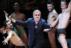 """<p>Imagen de archivo del cantante británico Elton John, cantanto """"Like A Virgin"""" en una presentación en Carnegie Hall en Nueva York. Mayo 13 2010. Elton John encabezará el festival de música más grande de Marruecos esta semana, pese a los intentos de conservadores religiosos de impedir la presentación del cantante homosexual, dijo el organizador del evento en una entrevista. REUTERS/Lucas Jackson/ARCHIVO</p>"""