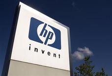 <p>Imagen de archivo del logo de HP frente a las oficinas internacionales de la empresa en Ginebra. Ago 4 2009. Hewlett Packard reportó el martes una ganancia ajustada por acción para el segundo trimestre de 1,09 dólares y una subida interanual del 13 por ciento a 30.800 millones de dólares. REUTERS/Denis Balibouse/Archivo</p>