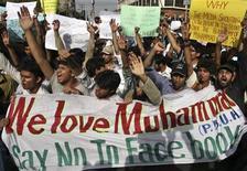 <p>Estudiantes pakistaníes sostienen carteles mientras gritan consignas contra el sitio web Facebook, en Lahore. Mayo 19 2010. Un tribunal de Pakistán ordenó el miércoles al Gobierno el bloqueo de Facebook tras publicarse en la prensa que existía un concurso para dibujar al profeta Mahoma, dijo un abogado. REUTERS/Mohsin Raza</p>