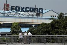 <p>Employees of Foxconn speak to reporters outside one of the tech firm's factories in the southern Chinese city of Shenzhen May 25, 2010. REUTERS/Tyrone Siu</p>