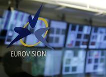 """<p>Логотип песенного конкурса """"Евровидение"""" в Женеве 13 ноября 2007 года. """"Евровидению"""" пришлось столкнуться с жесткой экономической реальностью - бюджет конкурса песни сократился на четверть в 2010 году, а четыре страны не смогли принять участие в нем из-за недостатка финансирования. REUTERS/Denis Balibouse</p>"""