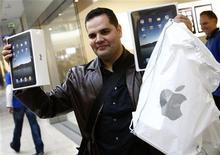 <p>Un uomo mostra le confezioni di due iPad appena acquistati ad Amburgo. REUTERS/Christian Charisius</p>