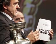 <p>Ginervra, 28 maggio 2010. Michel Platini con in mano un foglio indicante il nome della Francia, scelta per ospitare i campionati europei di calcio 2016. REUTERS/Denis Balibouse</p>