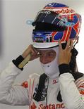<p>Button tira o capacete em Istambul. Os campeões mundiais da McLaren dominaram os treinos livres para o Grande Prêmio da Turquia nesta sexta-feira, com Lewis Hamilton liderando pela manhã e Jenson Button fechando a tarde como o mais rápido.28/05/2010.REUTERS/Leonhard Foeger</p>